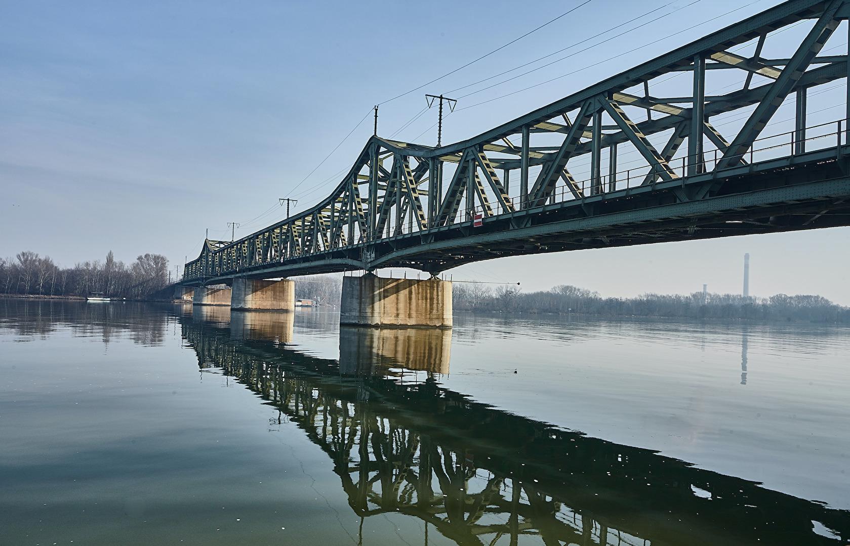 Eisenbahnbrücke über die Donau