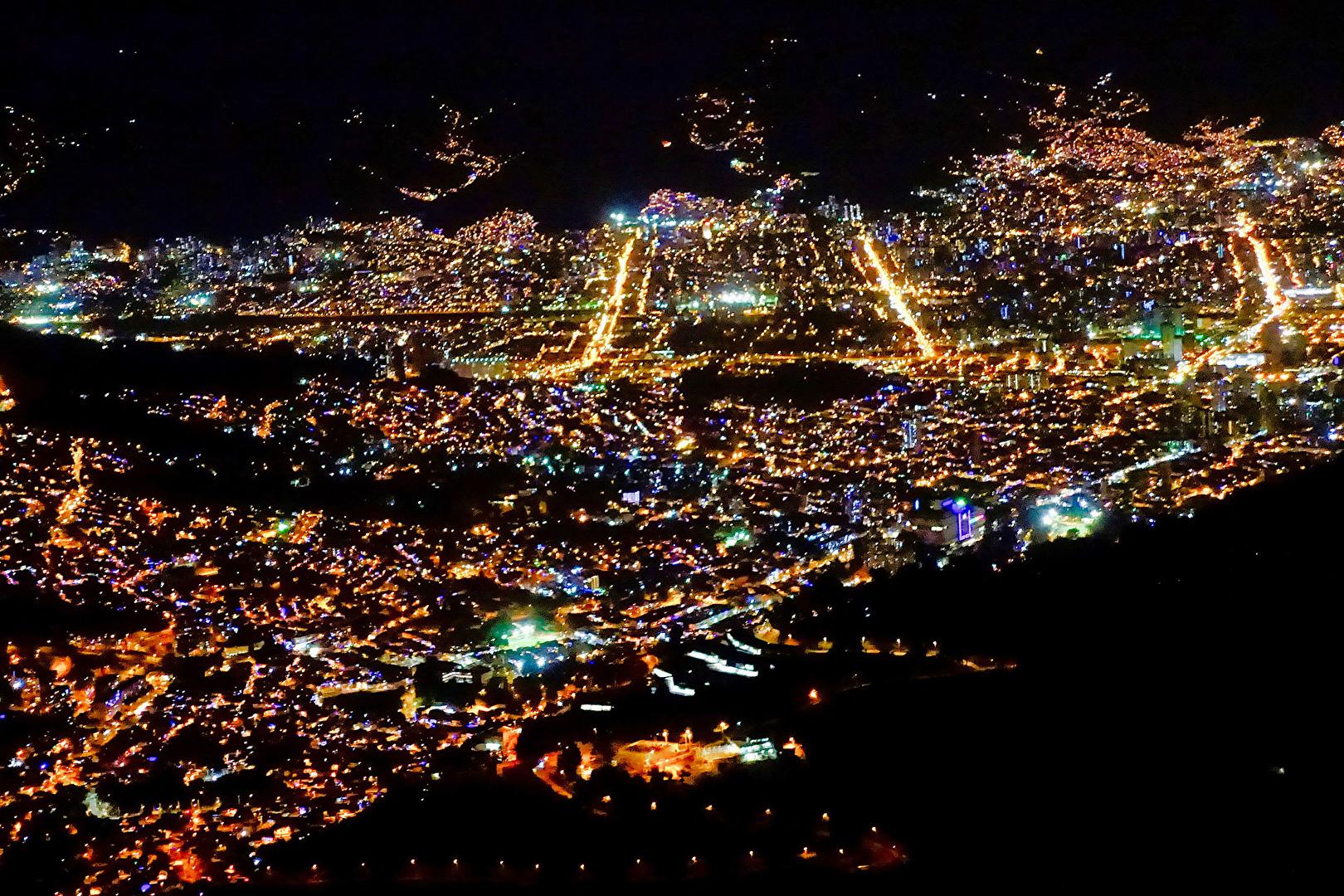Medellin in der Nacht
