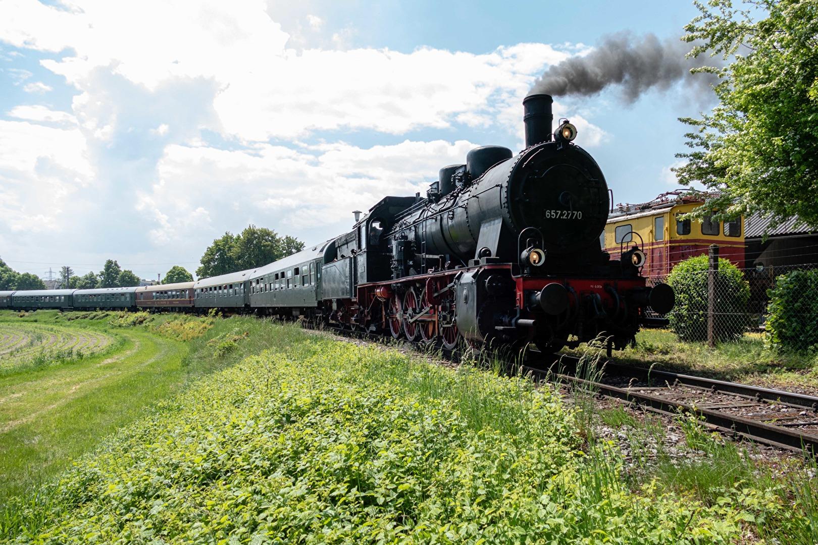 österreichische Dampflok 657.2770 vor einem Sonderzug