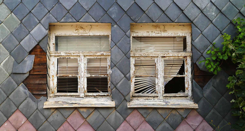 Marode Fassade und Fenster