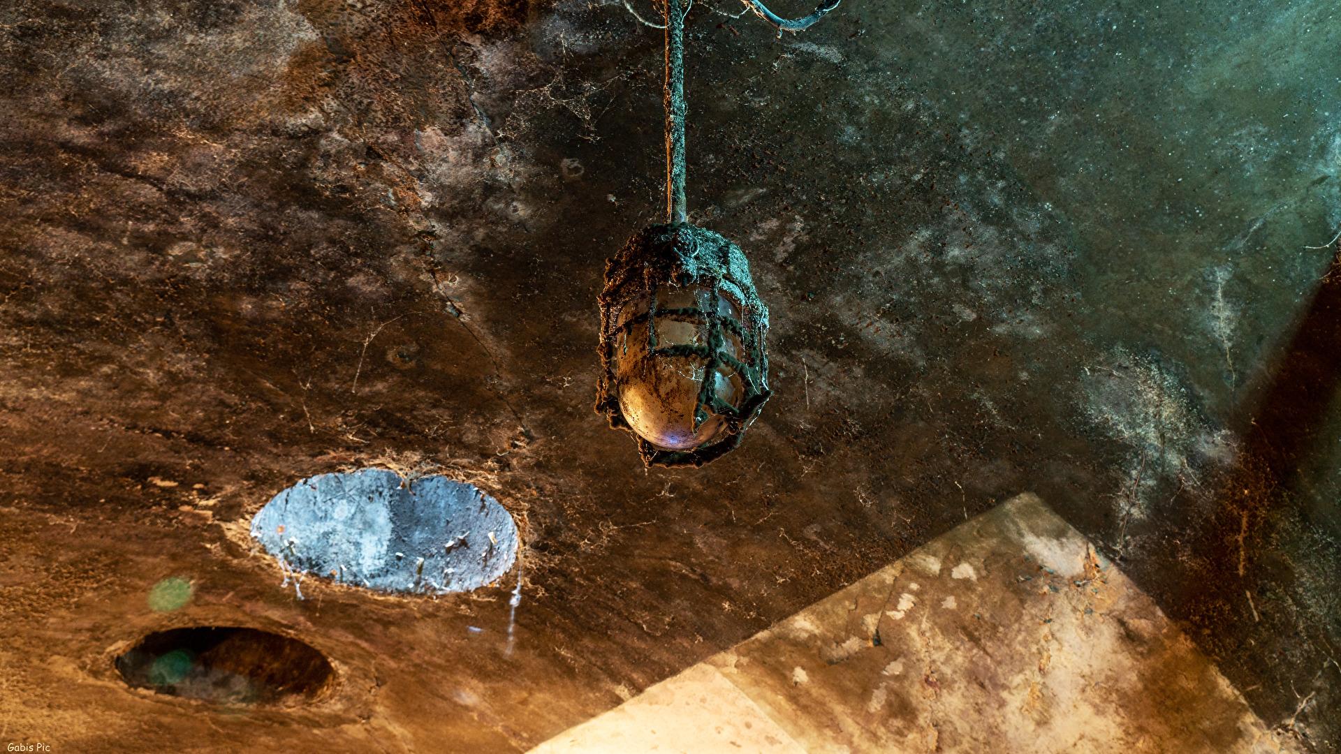 Lampen im unterirdischen Kanalsystem