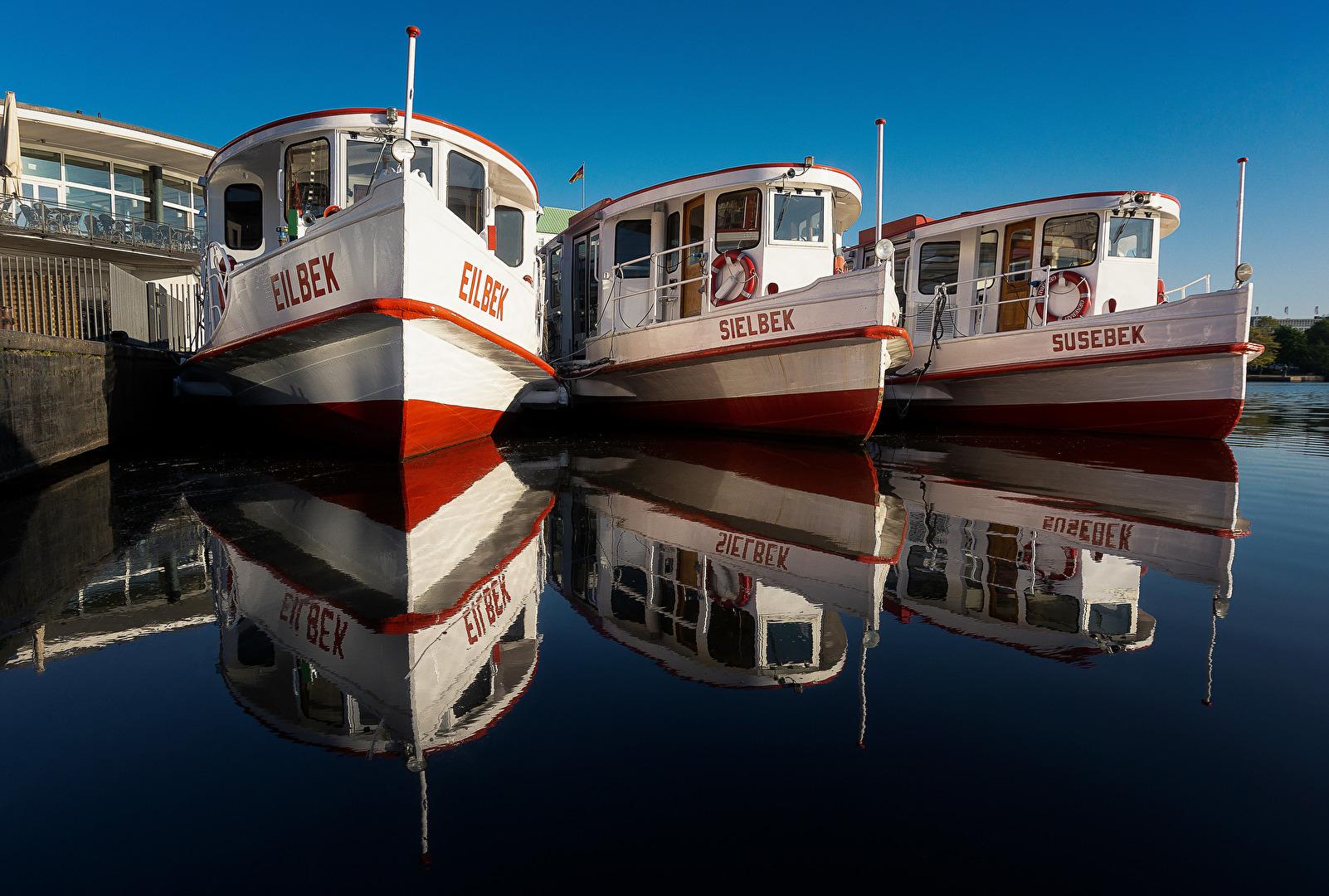 Alsterschiffe bei Sonnenaufgang gespiegelt
